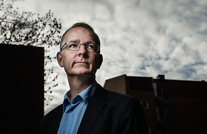 Portrettfoto av Anders Bakken utendørs.