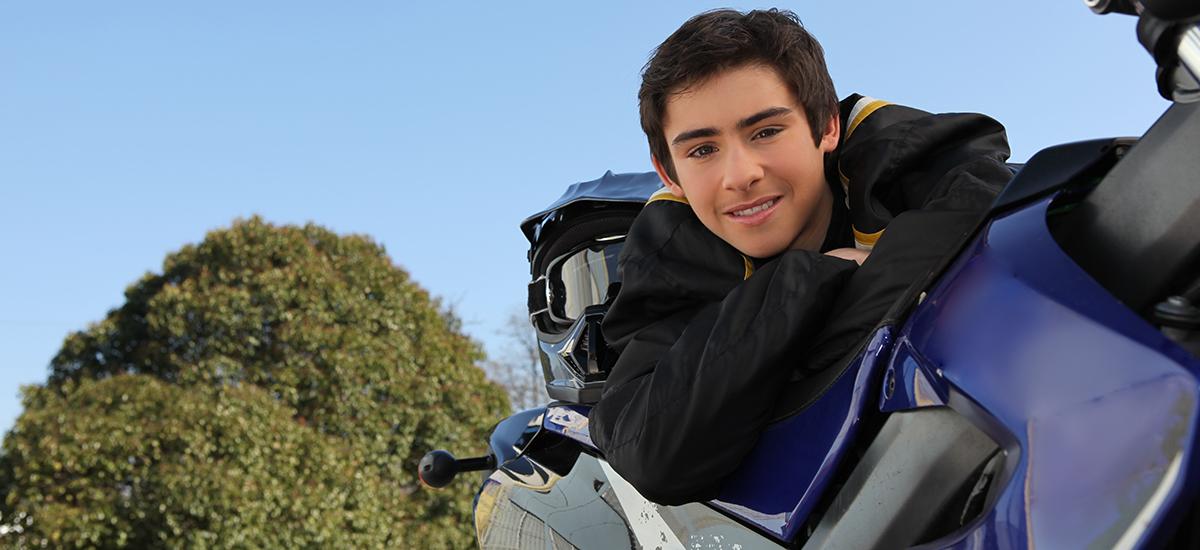 Ung gutt med motorsykkel.