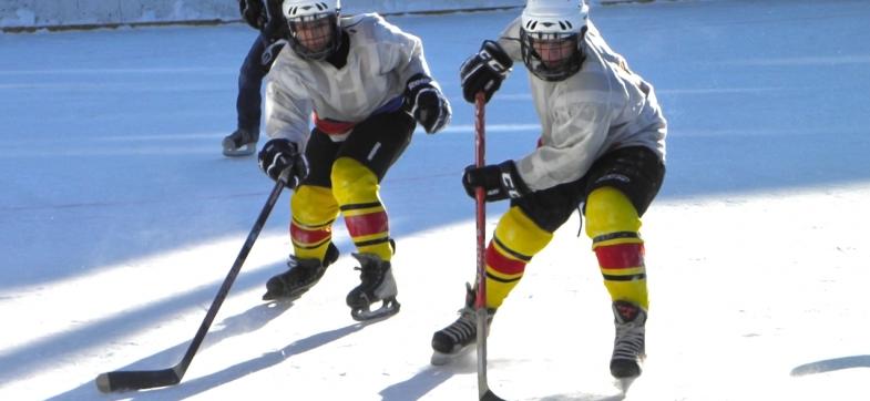 To ungdommer spiller ishockey