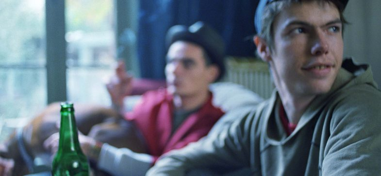 To ungdommer på gutterommet med flasker. Foto: colourbox.com