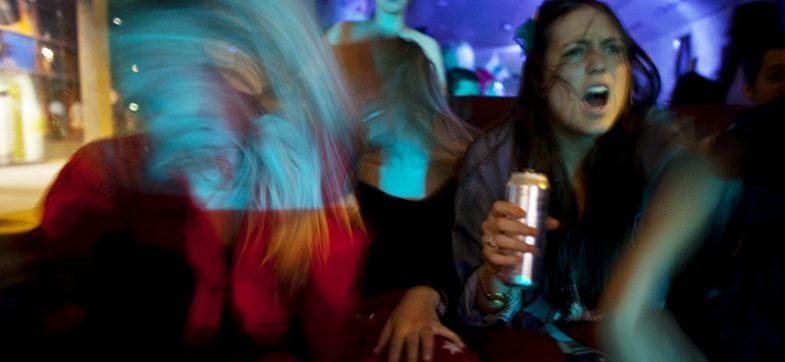 Ungdom drikker og fester på dansegulvet.