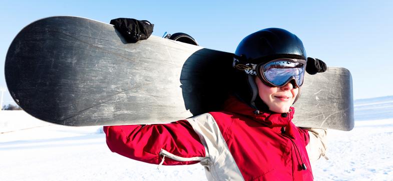 Ungdom i skibakken holder snøbrett bak ryggen. Foto: colourbox.com