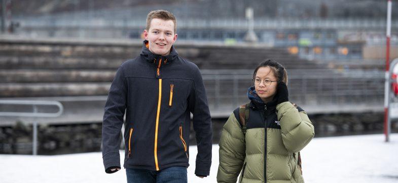 To ungdommer, gutt og jente, i vinterklær i snøkledd Oslo. Illustrasjonsfoto: S.B. Vold / Ungdata